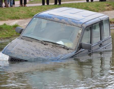 ВОмутнинском районе «УАЗ» съехал в водоем, шофёр умер