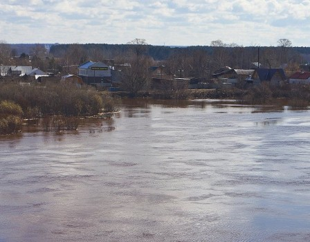 Вода уже затопила несколько дорог— Паводок вКирове
