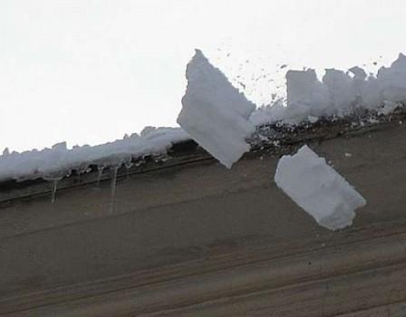 ВКирове на28-летнюю девушку скрыши дома упала снежная глыба